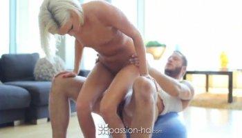 Chap seduces hottie and bonks her